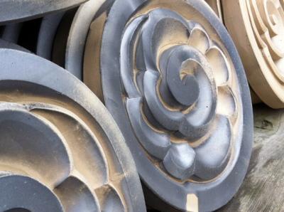 窯から出されたばかりのススのついた装飾瓦