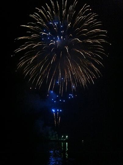 淡路島の海の上に打ちあがる花火
