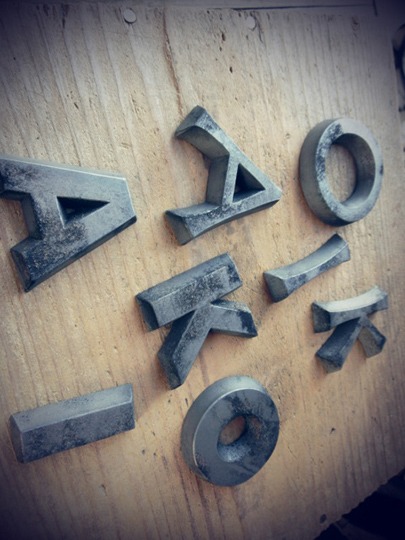 達磨窯で焼き上げたばかりのvasaraの切り文字