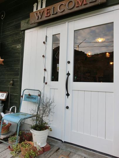 淡路島のおしゃれな雑貨屋さんの入り口に飾られたVASARAのアルファベットオブジェの看板welcome