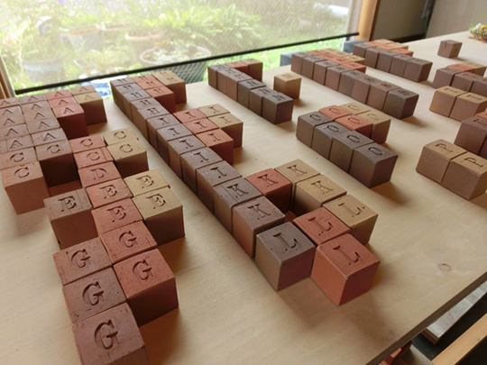 種類ごとに並べられたアルファベットのキューブ煉瓦