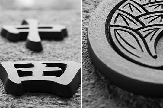 磨き抜かれた瓦製切り文字オブジェの表札 中田・冴えの技により深い陰影が刻み込まれた瓦製の丸抱き茗荷家紋オブジェ