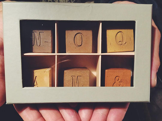 バレンタインギフトにチョコレートのようにパッケージングされたキューブ煉瓦